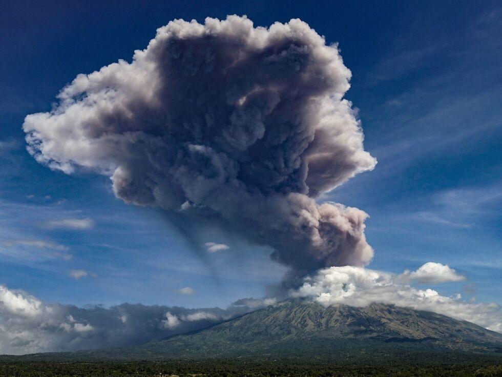 1. Juni 2019 – Der Vulkan Mount Agung in Indonesien spuckt Asche.