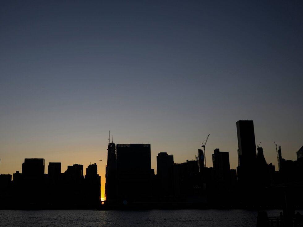 14. Juli 2019 – Touristen in New York bot sich am Samstag ein seltener Anblick: Wegen eines massiven Stromausfalls blieben im Bezirk Manhattan über mehrere Stunden die Lichter aus. Rund 73.000 Menschen waren betroffen.