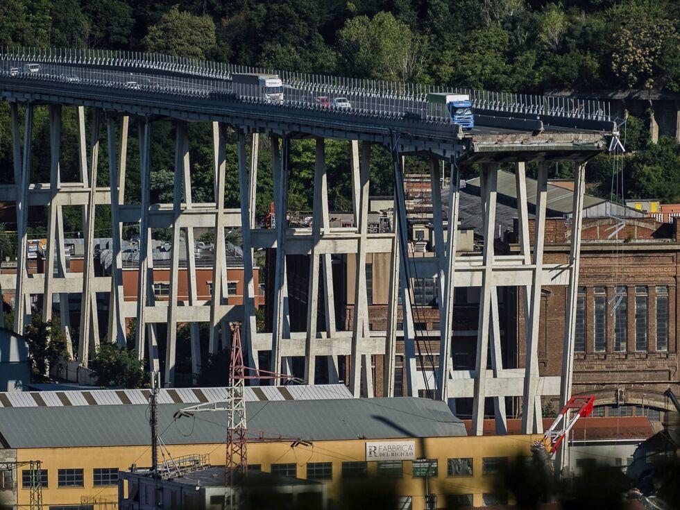 15. August 2018 – Dieser Lkw-Fahrer kam mit dem Leben davon. Beim Einsturz der Autobahnbrücke in Genua starben mindestens 42 Menschen.