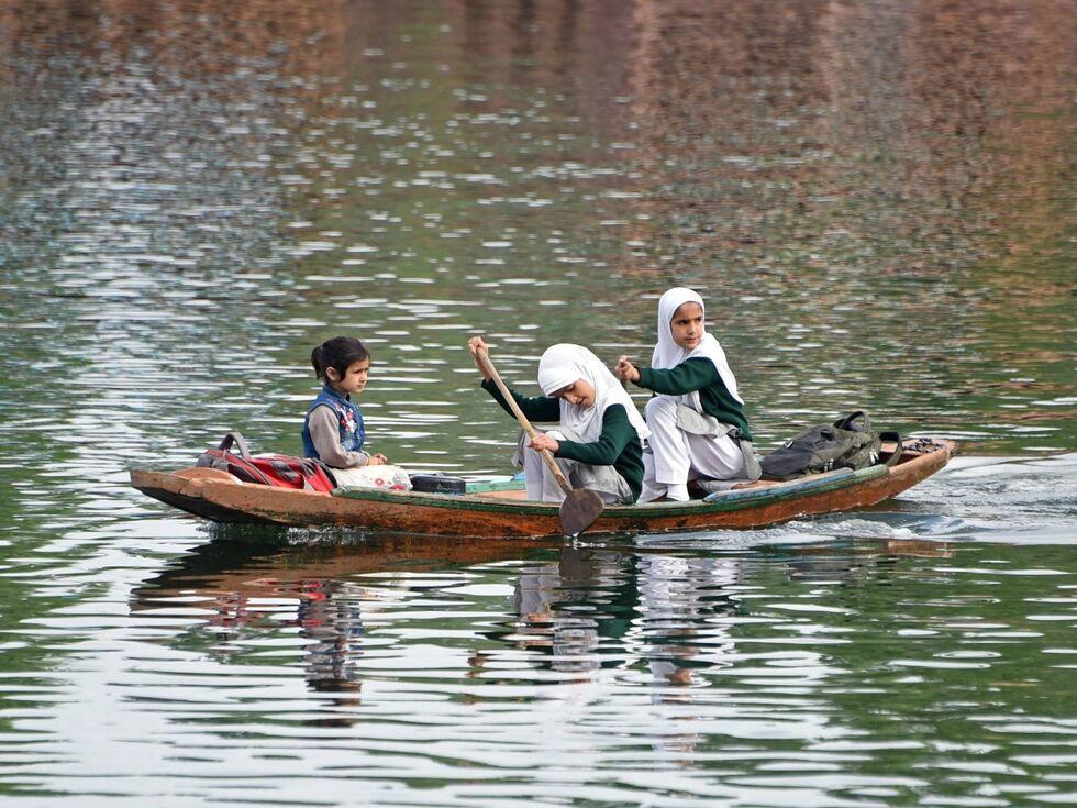 26. April 2019 – Einen besonderen Schulweg haben diese Kinder: In der Region Kaschmir rudern diese Mädchen über den Dal See.