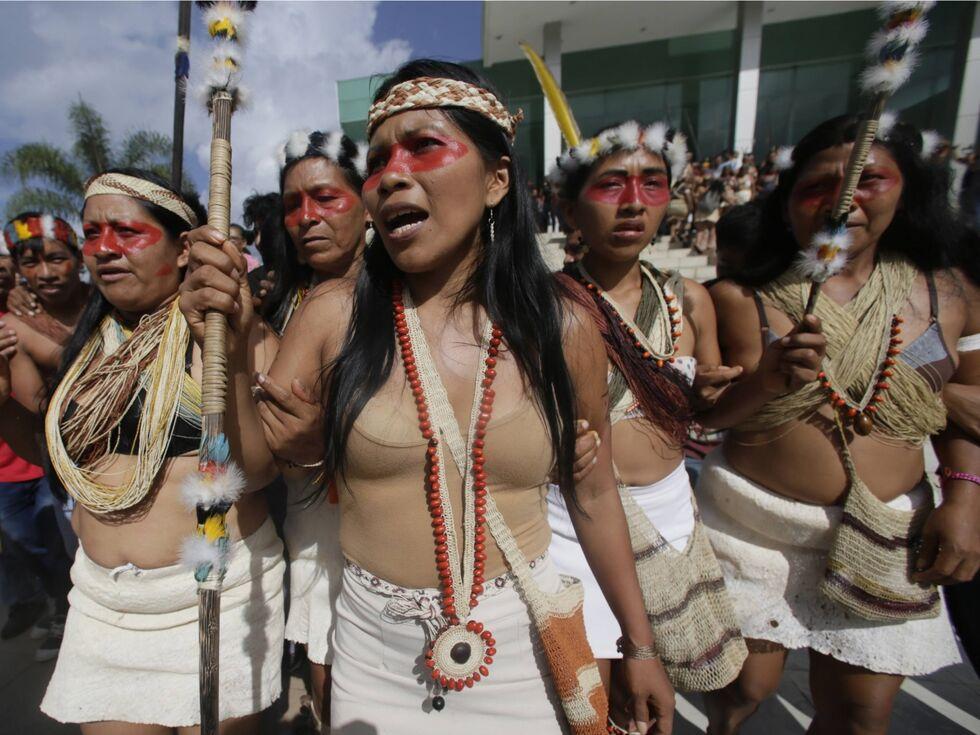 27. April 2019 – Frauenpower: Diese Ureinwohnerinnen in Ecuador sind vor Gericht gezogen, weil auf ihrem Stammesgebiet im Amazonas die Vorbereitungen für Ã?lbohrungen liefen. Mit Erfolg: Nach zweiwöchigen Verhandlungen konnten sie erreichen, dass die Verhandlungen vorerst gestoppt werden.