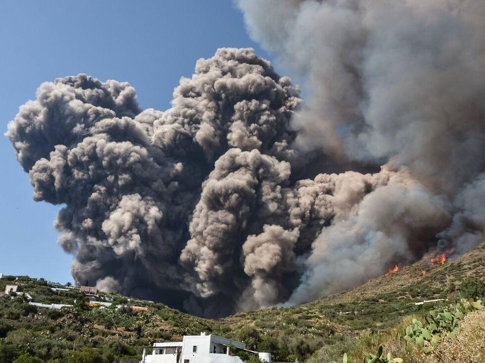 4. Juli 2019 — Feuer frei: Aus dem Stromboli raucht's wieder ordentlich. Der Vulkan nördlich von Sizilien ist so regelmäÃ?ig aktiv, wie fast keiner weltweit.