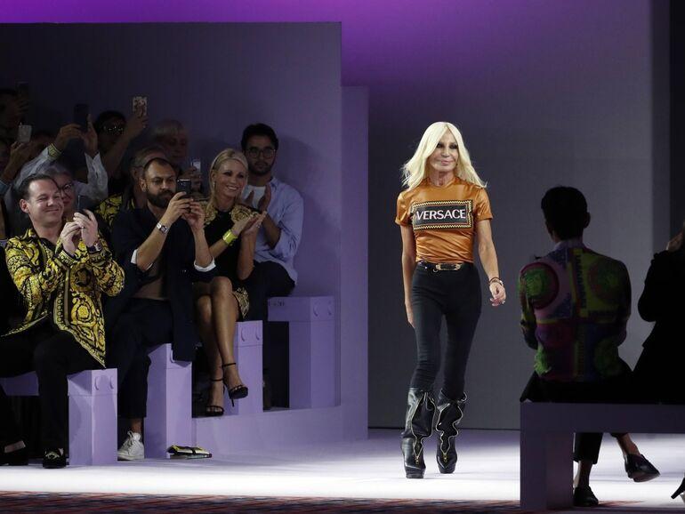 b21ae1165c Applaus für Donatella Versace nach der Modeschau ihres Hauses am 21.  September 2018 in Mailand