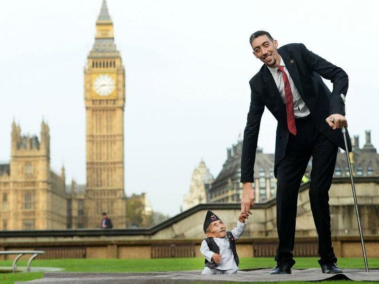 Der Größte Mann Der Welt Trifft Auf Den Kleinsten Snat
