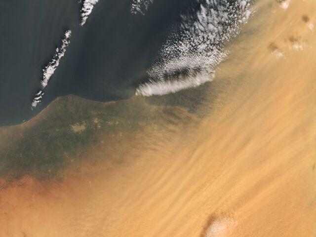Staub Aus Der Sahara Farbtser Tage Den Schnee Orange