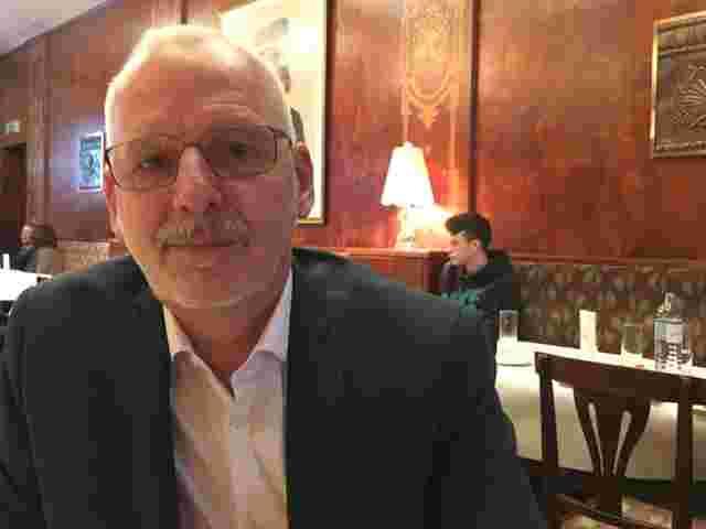 Horst Schalk ist Mediziner in Wien. Er is interested in Menschen, die positiv auf den HI-Virus getestet wurden.