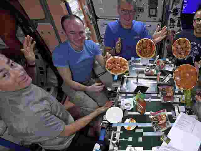 Pizzaparty an Board der ISS.