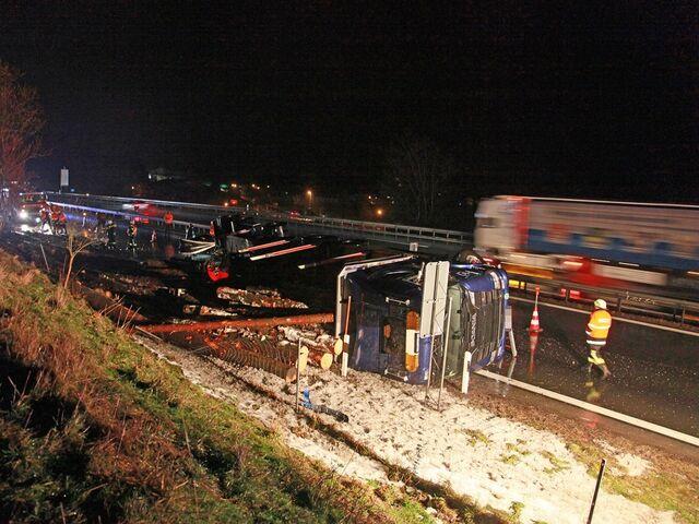 Schwerer Unfall am Montagmorgen: Ein Holzlaster stürzte auf der A8 um.
