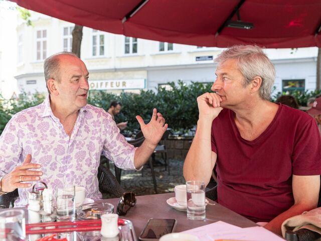Kicker y artista de cabaret, austriacos y aficionados a la ópera: Herbert Brohaska y Alfred Dorfer hablan de mucho interés.