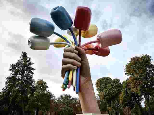 Jeff Koons enthüllt umstrittene Tulpen-Skulptur