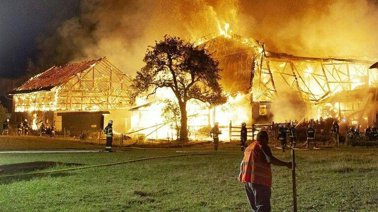 Video: Lochen: Bauernhof brannte binnen Minuten bis zu den