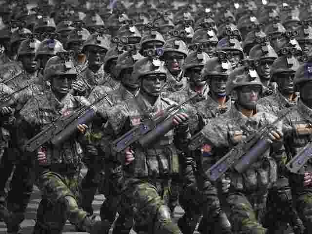 Weltweite Militärausgaben steigen - Forscher sehen friedliche Lösungen in Gefahr
