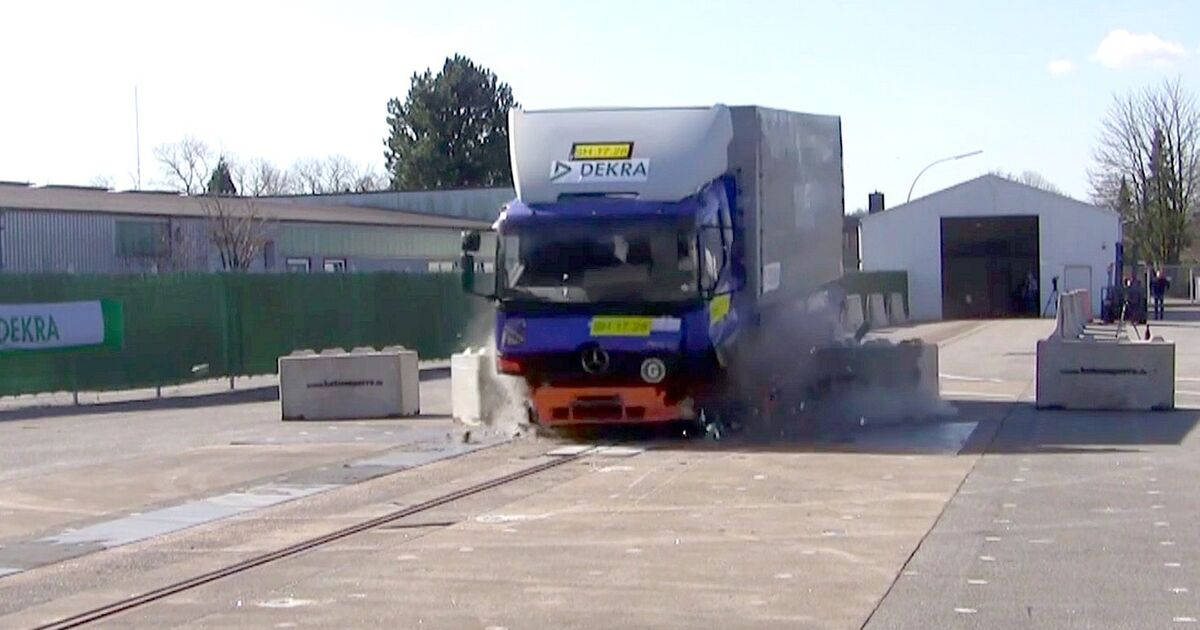 mobile anti terror sperren halten lastwagen in crashtest. Black Bedroom Furniture Sets. Home Design Ideas