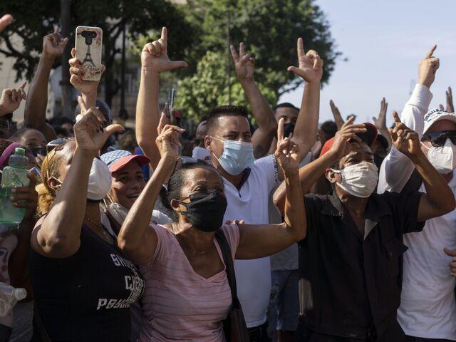 Am 11. Juli hatten Tausende Kubaner in zahlreichen Städten demonstriert. | Bildquelle: https://www.sn.at/politik/weltpolitik/nach-landesweiten-protesten-in-kuba-harte-strafen-gegen-demonstranten-107004589 © SN/AP | Bilder sind in der Regel urheberrechtlich geschützt