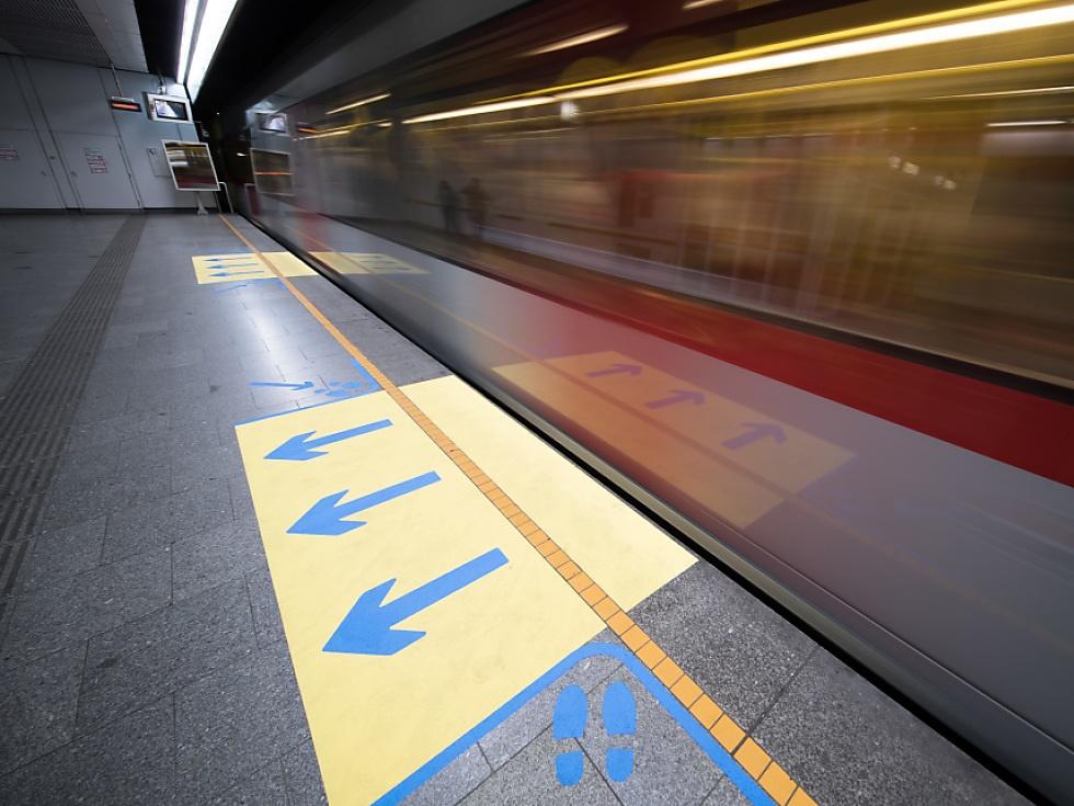 Neue Bodenmarkierungen für manche Wiener U6-Stationen
