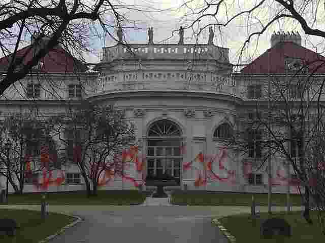 Wiener Palais Schönburg mit roter Farbe beschmiert