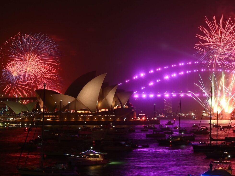 Silvester 2019: Australien feiert als einer der ersten Länder den Jahreswechsel – mit einem traditionellen Feuerwerk über der Oper von Sydney. Die Pyrotechnik-Show hatte im Vorfeld für heftige Diskussionen gesorgt – wegen der stark anhaltenden Buschbrände.