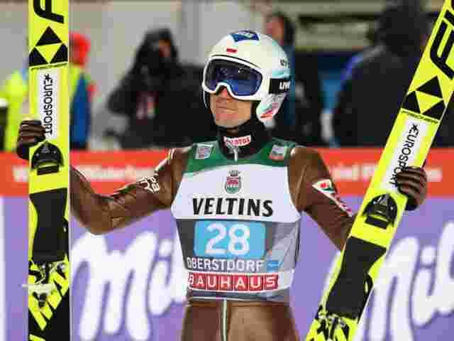 Kamil Stoch gewinnt Auftakt-Springen - Topfavorit Richard Freitag wird Zweiter