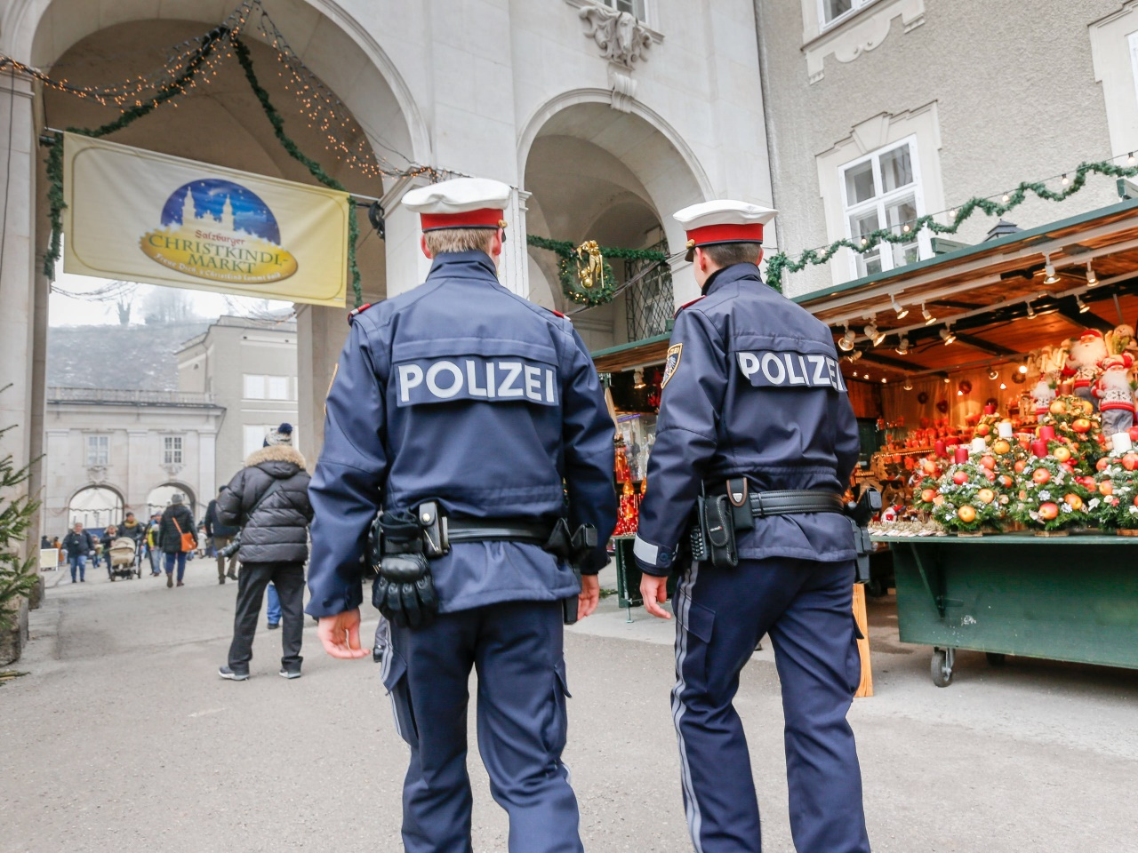 Überwachungskamera filmte Trio bei Einbruch in sechs Christkindlmarkt-Hütten