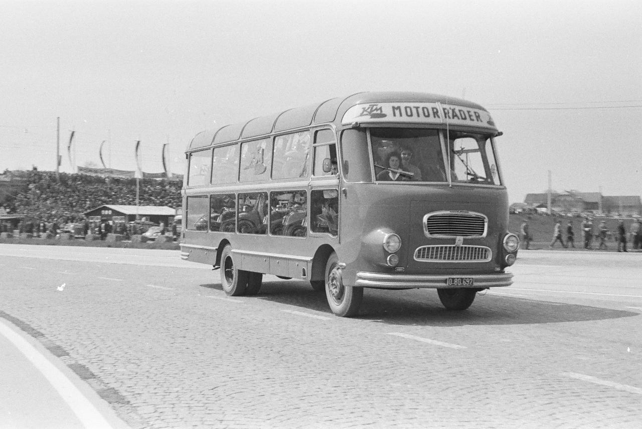 Der rollende Verkaufswagen des Motorenwerkes KTM - eine Idee von Ernst Kronreif, der das Marketing von KTM machte, hier beim 1. Mai Rennen 1958 (© Arthur Fenzlau, Technisches Museum Wien
