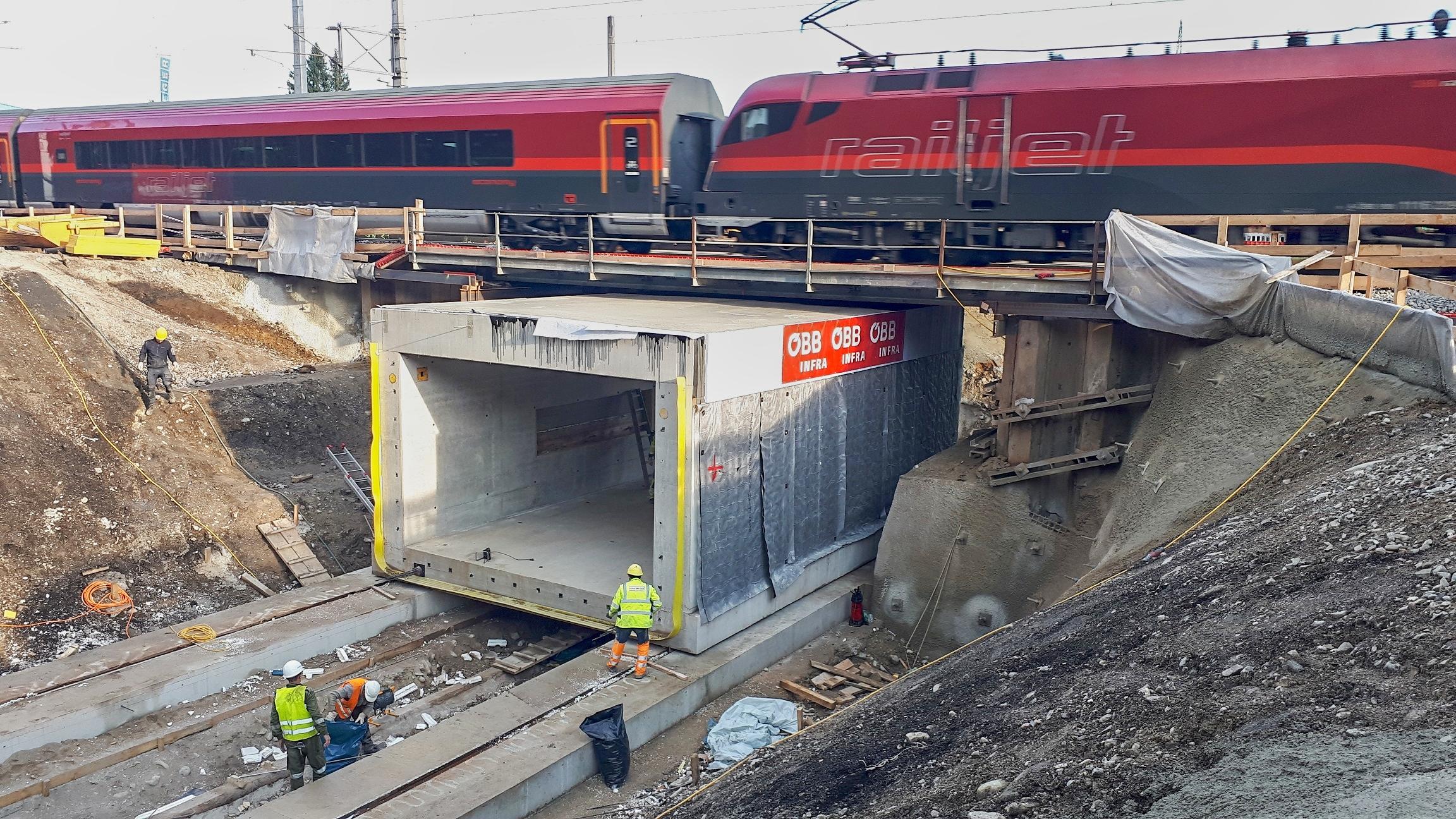 ÖBB 375-Tonnen-Bauwerk in Neumarkt-Köstendorf versetzt