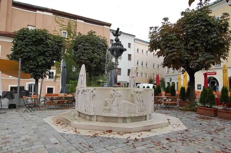 Datei:Brunnen am Bayrhamerplatz in Hallein.jpg