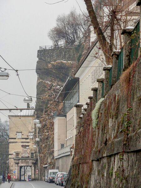Datei:Müllner Hauptstraße in Richtung Klausentor, darüber die Humboldtterrasse.jpg – Salzburgwiki