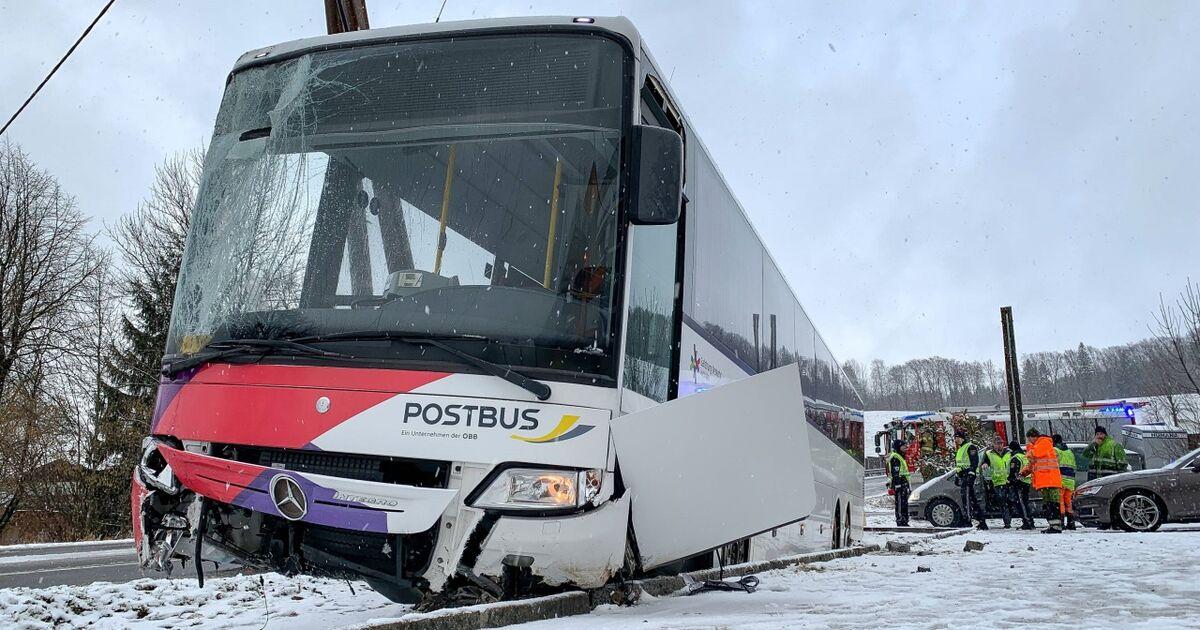 Winterwetter: Drei verletzte Schüler bei Busunfall, Baum legte Bahnstrecke lahm